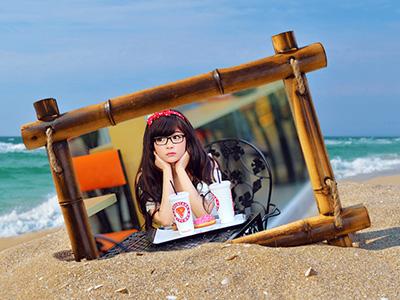 Khung ảnh tre trên bãi biển